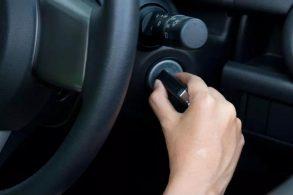 Qual é a medida certa: acelerar antes de ligar ou de desligar o motor?