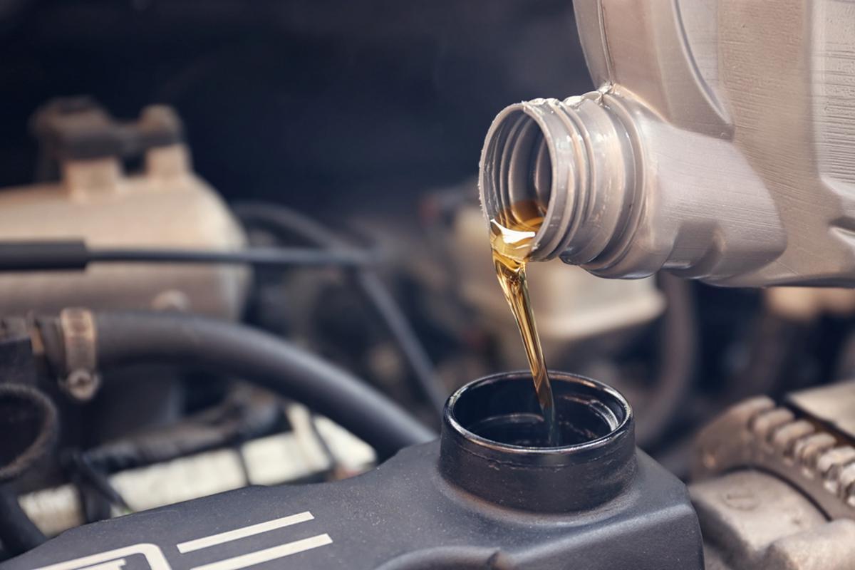 oleo lubrificante troca fluido motor shutterstock