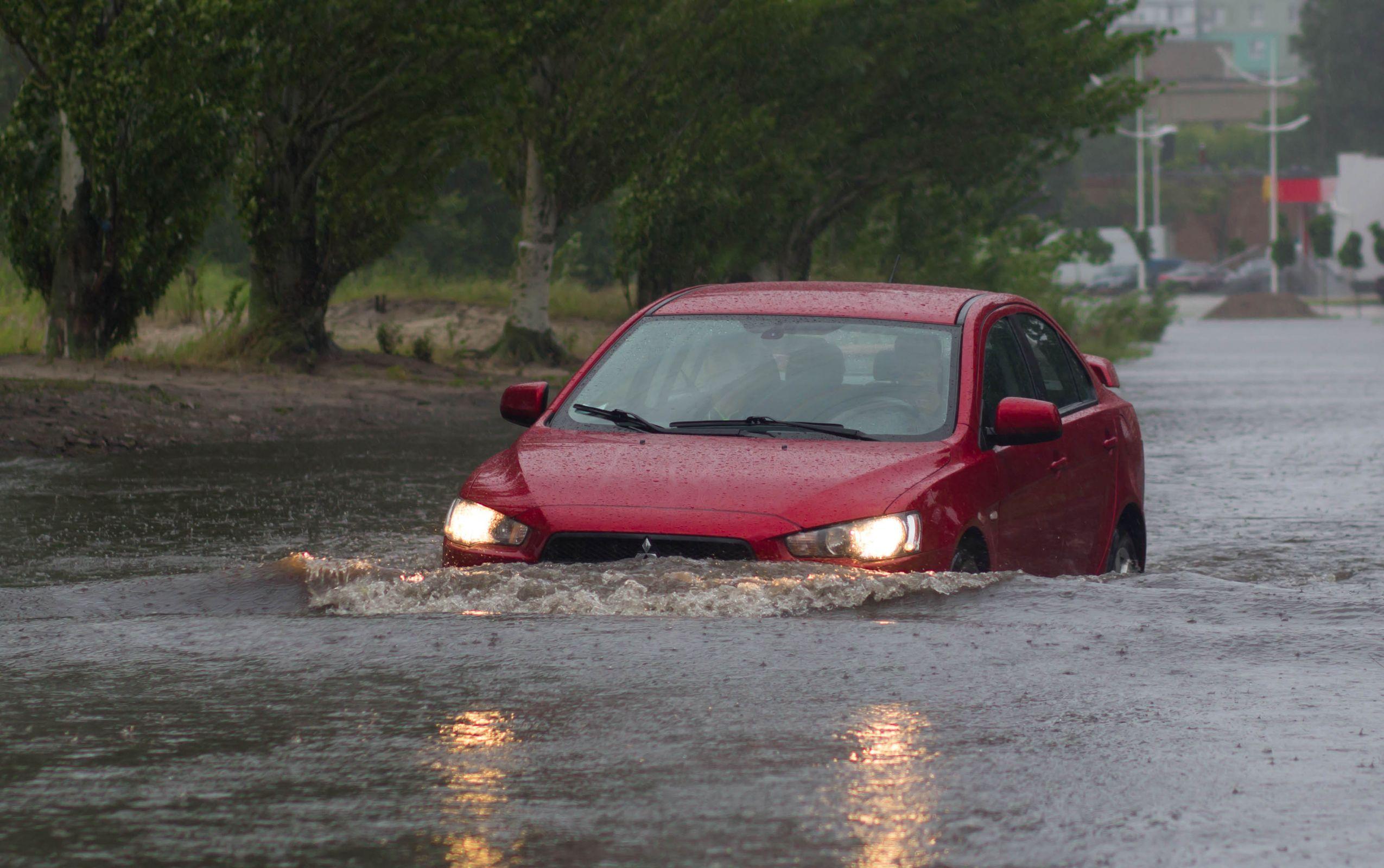 Os riscos são maiores quando os motoristas estão dirigindo na chuva. Listamos algumas dicas para passar pelas tempestades - e enchentes - sem prejuízo.