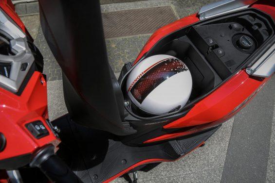 Honda Elite 125 tem motor com torque vigoroso e freios com sistema CBS