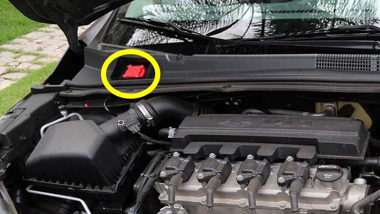 tanquinho de partida a frio do carro flex em detalhe com círculo amarelo em volta