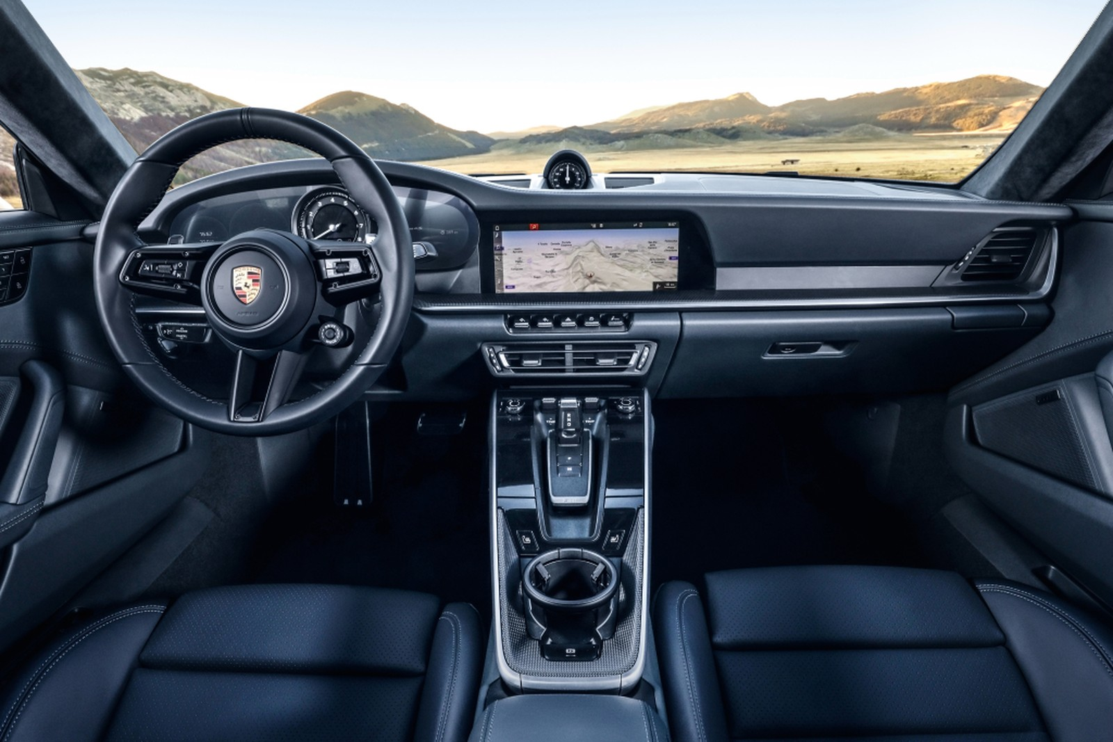 A oitava geração do Porsche 911 já tem data para chegar ao Brasil. Em maio, duas versões serão importadas e vendidas por cerca de R$ 670 e R$ 700 mil.