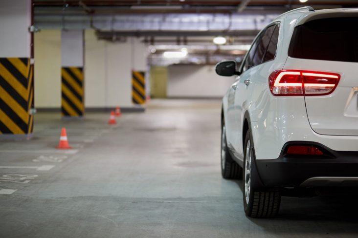 estacionamento privado estacionar manobrar luz shutterstock