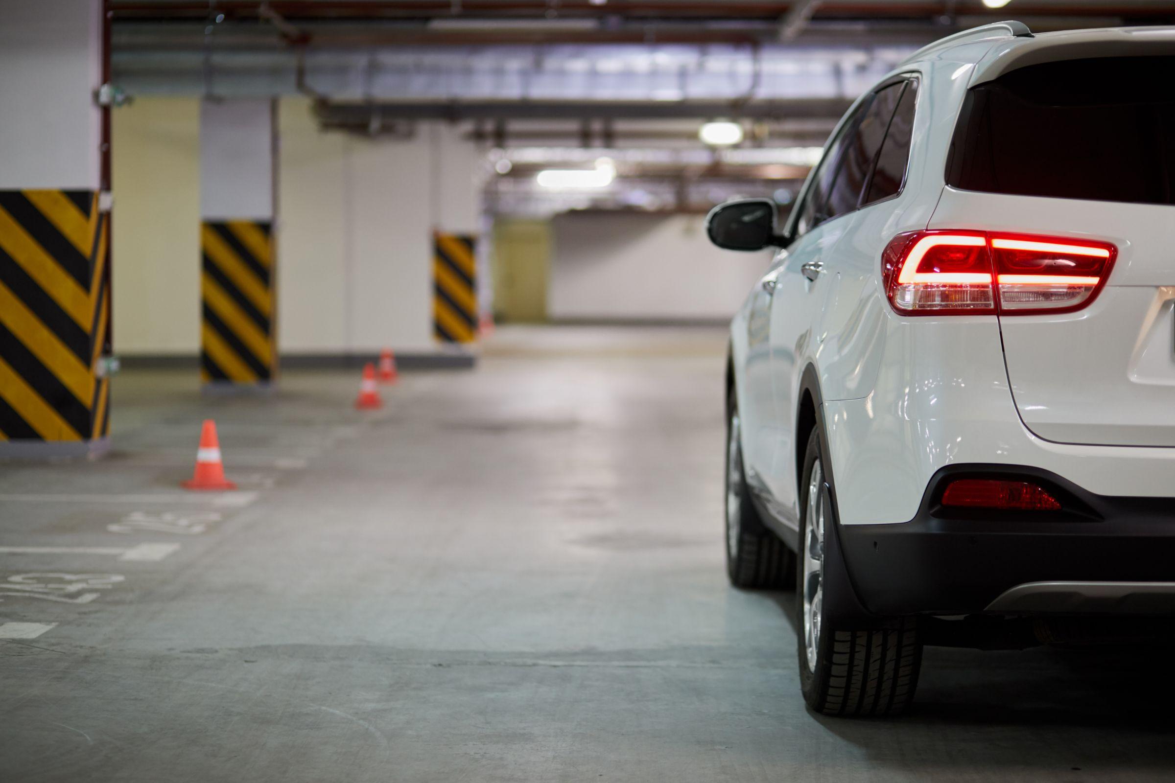 O Código de Trânsito Brasileiro (CTB) também deve ser seguido em condomínios fechados. Motoristas podem levar multas em estacionamentos privados.