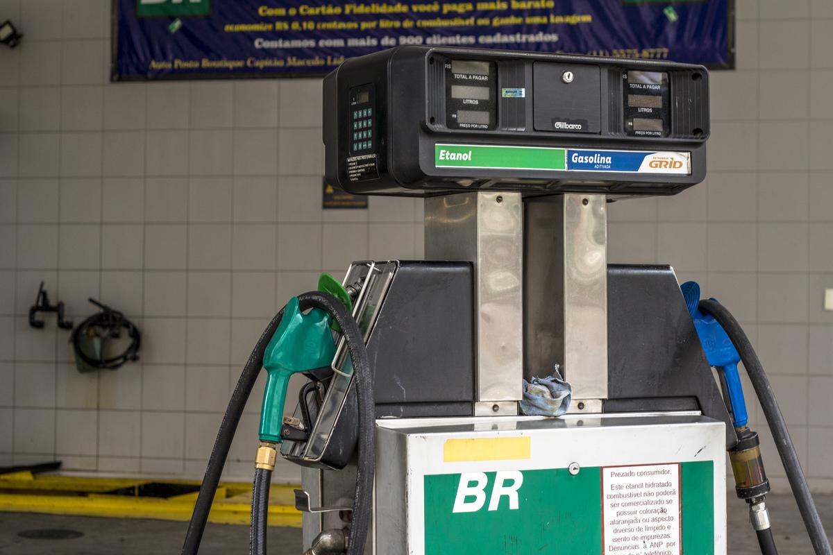 bomba combustivel em posto gasolina e etanol