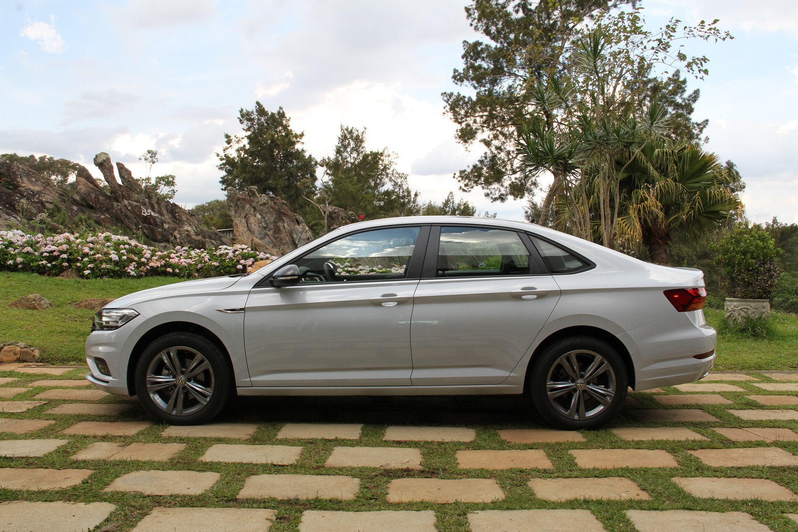Nova geração do Volkswagen Jetta ganhou equipamentos e espaço, mas perdeu a suspensão traseira multilink