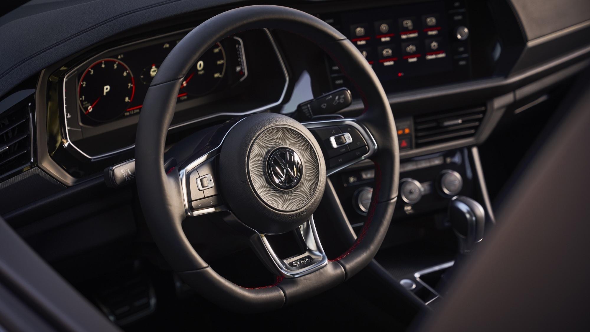 Os preços do Volkswagen Jetta GLI foram definidos para os Estados Unidos e são menores que o do hot hatch, o que também pode acontecer no Brasil.