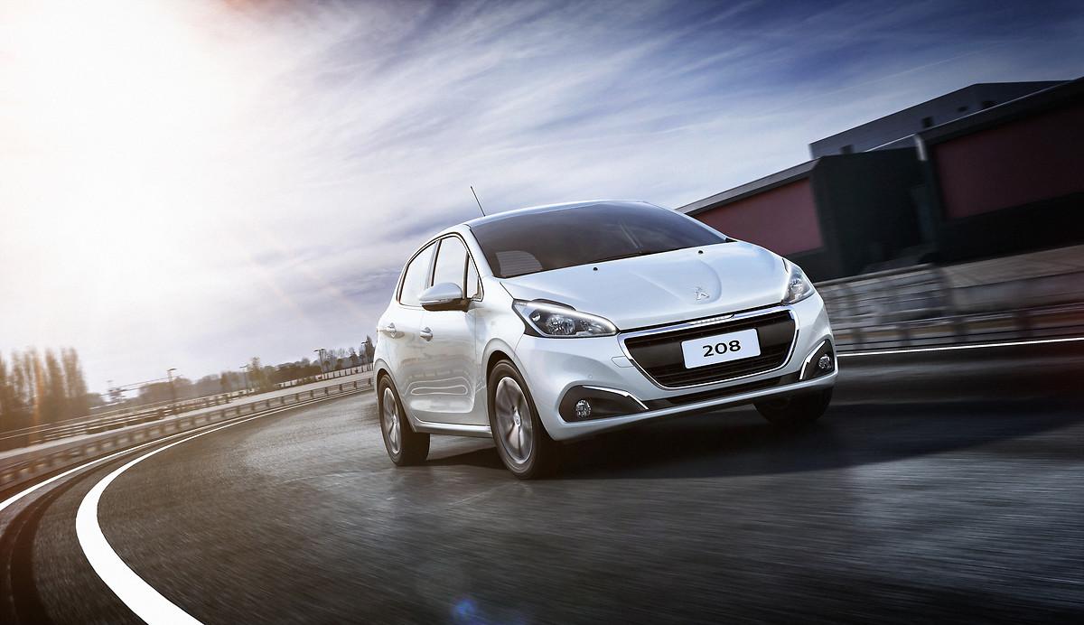 carros automáticos mais econômicos no segmento de compactos: peugeuot 208 griffe branco em movimento