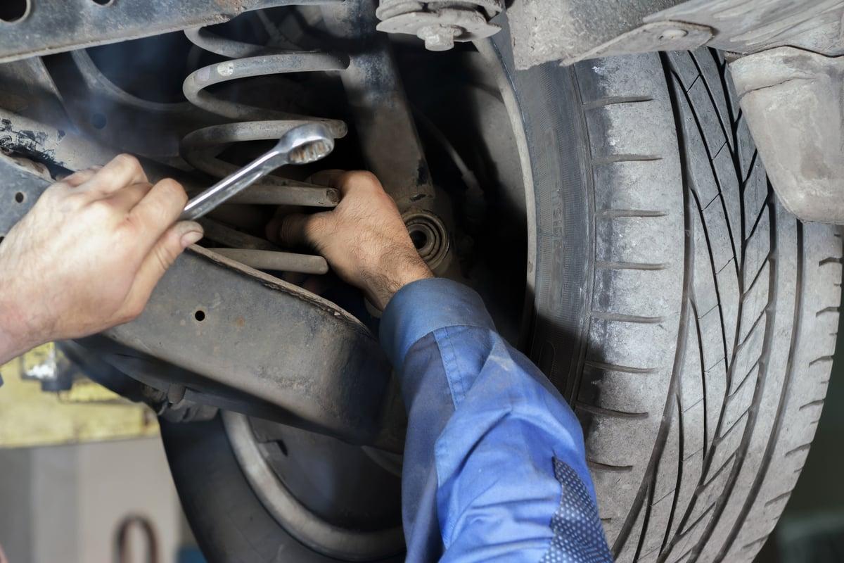 amortecedores recondicionado mecanico rodas suspensao shutterstock