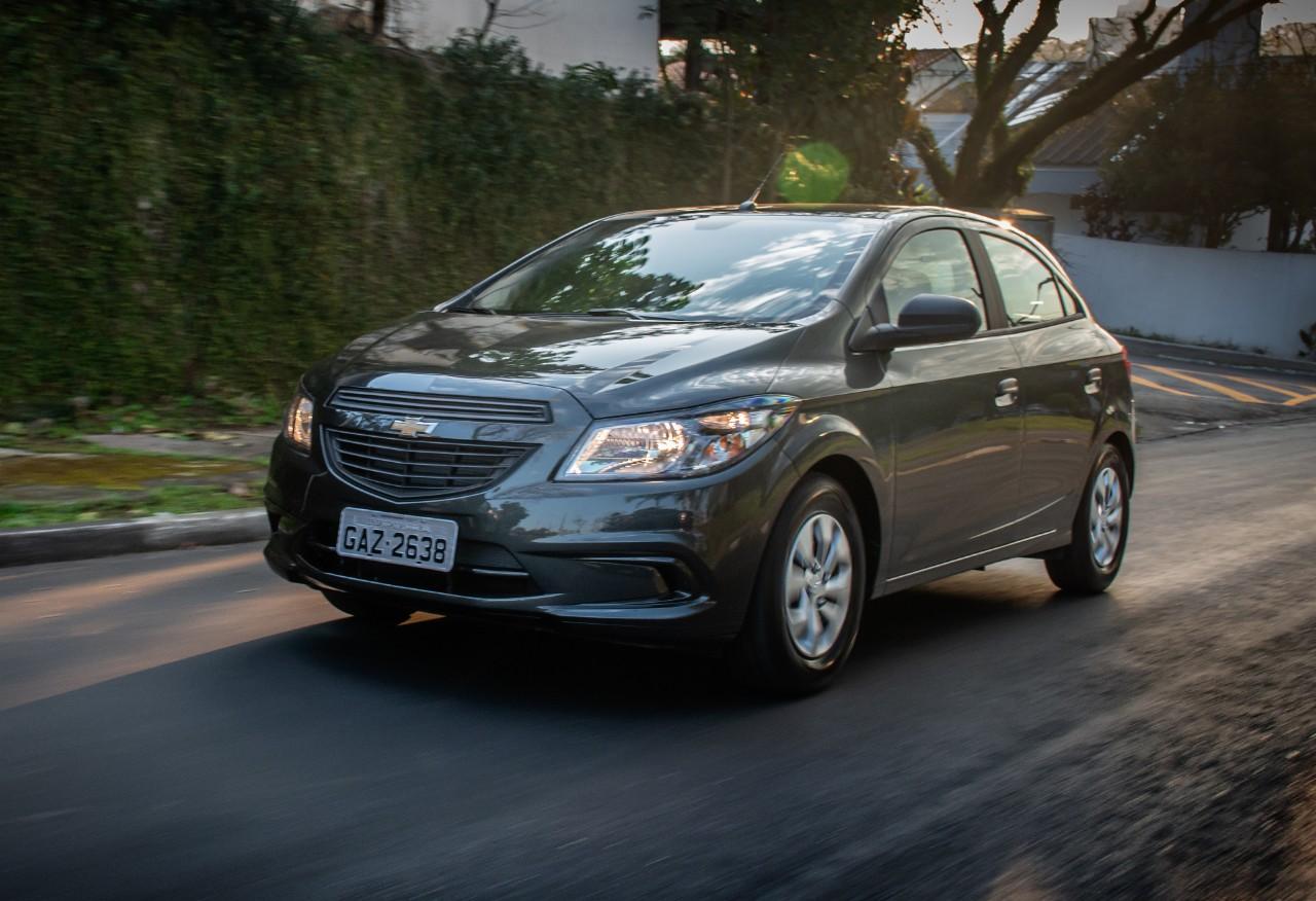 Fenabrave digulvou a lista dos carros mais vendidos no Brasil. Chevrolet Onix segue isolado na primeira posição. Maior destaque vai para o sedã Prisma.