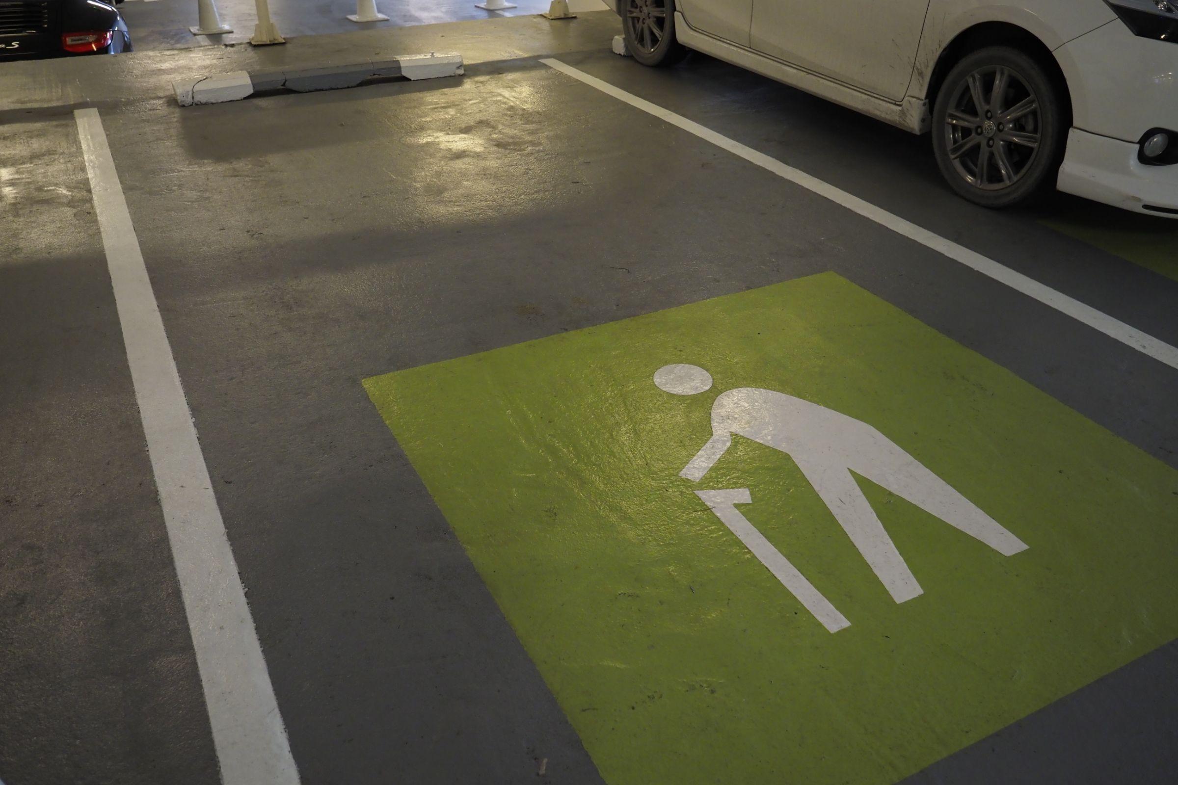 Projeto de Lei que tramita na Câmara dos Deputados quer criminalizar o ato de estacionar em vagas de idoso ou pessoa com deficiência.
