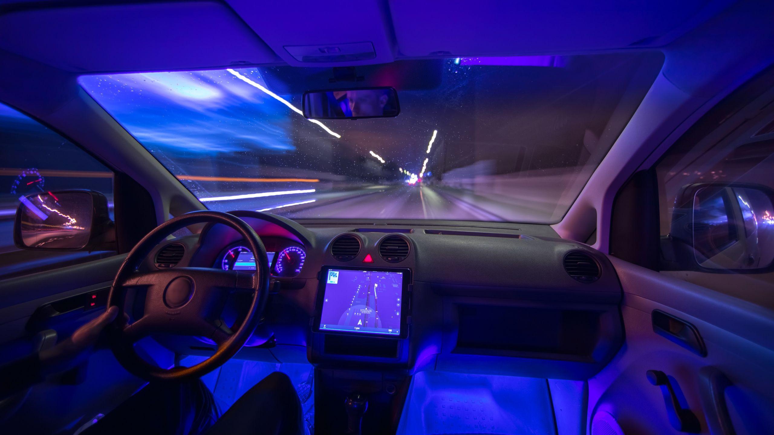 Luz da cabine do carro colorida: Entre os úteis e os inúteis, veja sete exemplos de acessório para carros que ninguém usa, desde a bússola na cabine até os modos de condução.