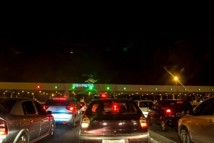 pedagio rodovia brasil estrada fila transito shutterstock
