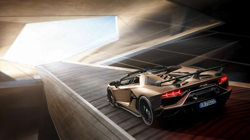 A Lamborghini apresentou, no Salão de Genebra, o Aventador SVJ Roadster. O esportivo é uma versão conversível e ainda mais potente do cupê de mesmo nome.