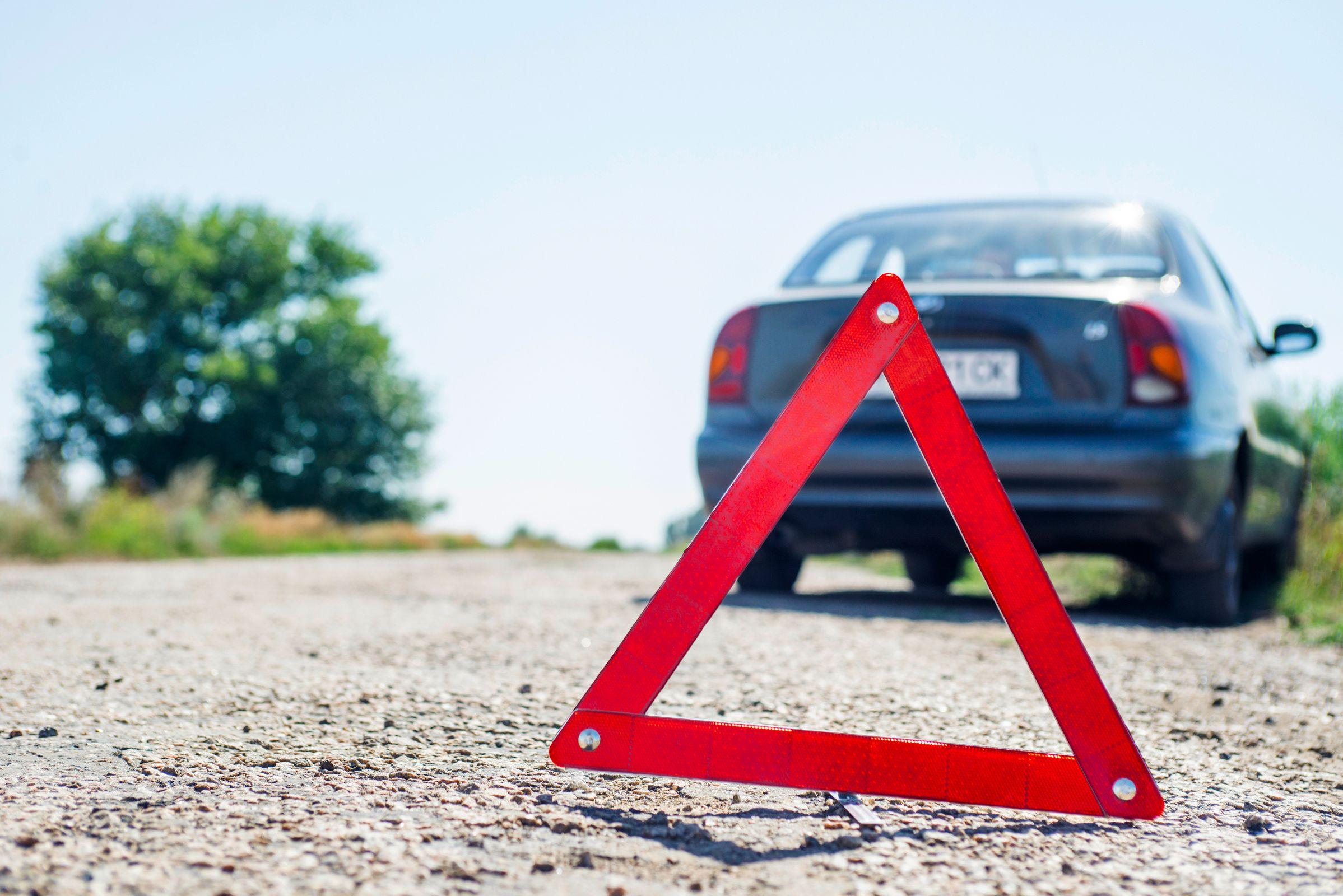 acidente de transito triangulo equipamento obrigatorio shutterstock