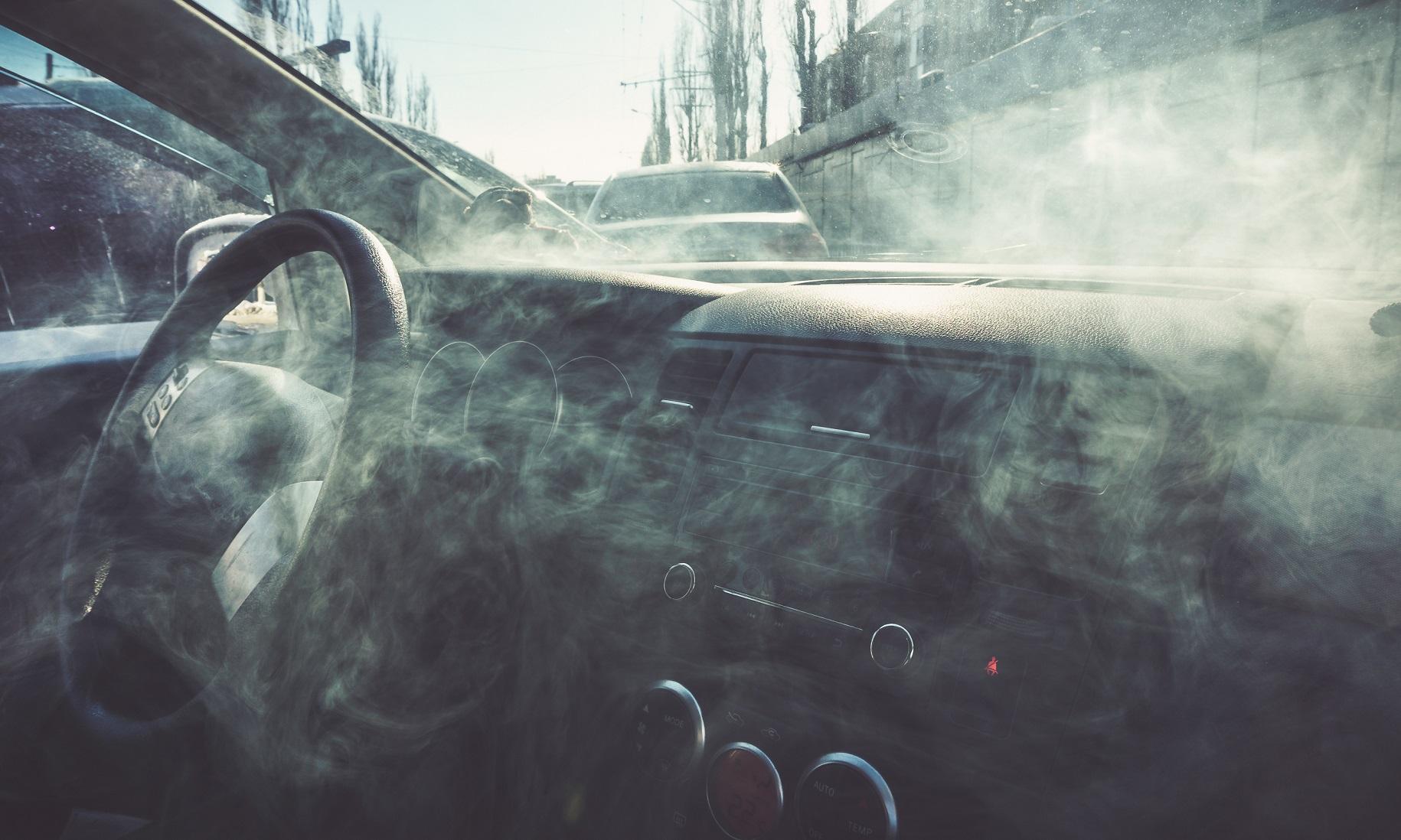 gas fumaca dentro da cabine carro