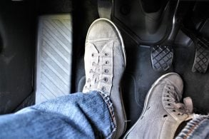 [Vídeo] Ao ligar o carro, convém pisar no pedal da embreagem?