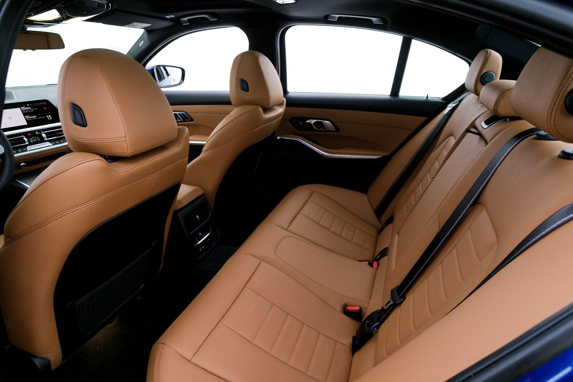 BMW 330i Sport M Sport tem espaço traseiro mediano