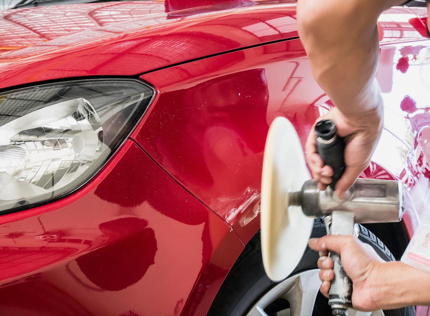 Aprenda a aplicar cera no seu carro com dicas de um especialista, que também ensina como escolher um profissional confiável para fazer polimento automotivo.
