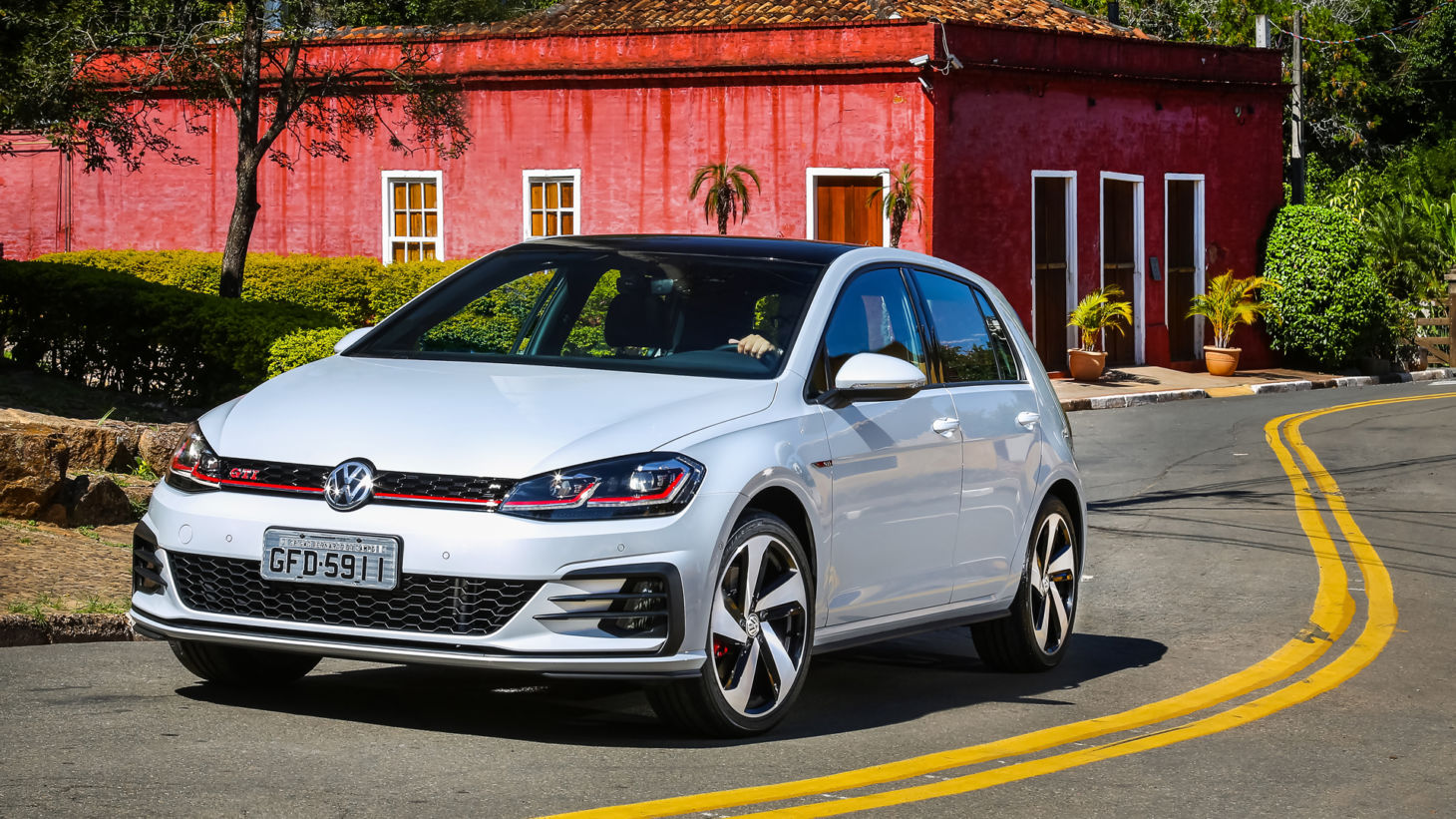 vw-golf-gti-1460x821 Antigos carros esportivos Volkswagen: relembre as siglas famosas