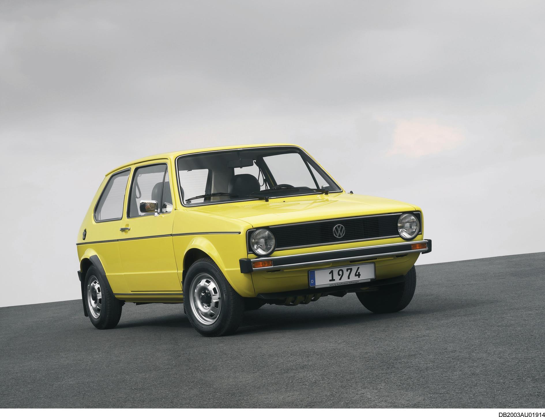 Primeiro Golf 1974: Um dia depois de a Volkswagen anunciar que deixaria de vender todas as versões com exceção do GTi, celebramos o aniversário do Golf, que fez 45 anos.