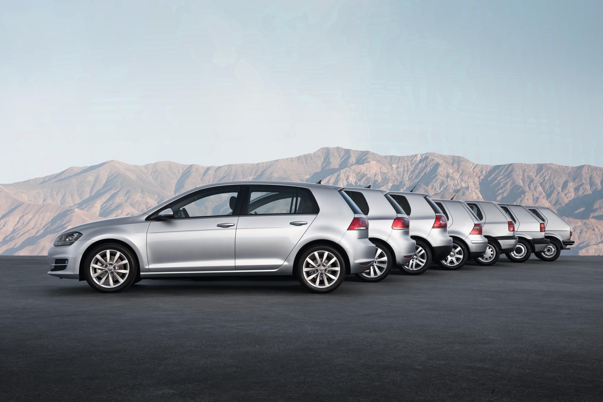 Sete gerações do Golf: Um dia depois de a Volkswagen anunciar que deixaria de vender todas as versões com exceção do GTi, celebramos o aniversário do Golf, que fez 45 anos.