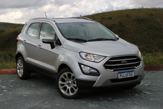 ford ecosport prata estacionado em frente a montanha