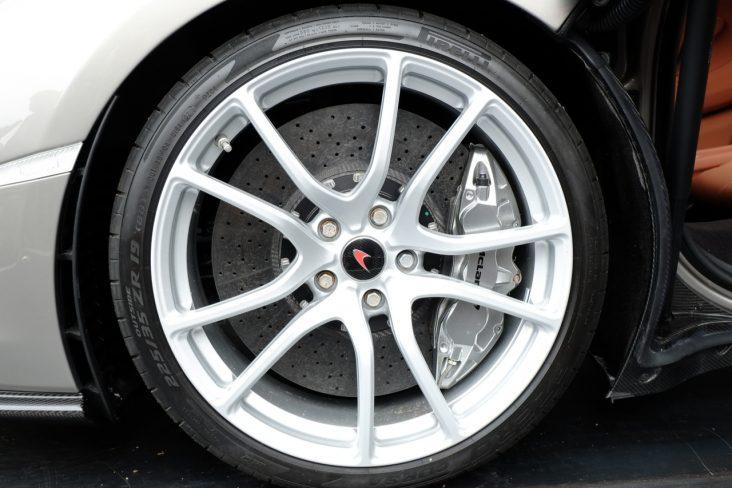 pneu perfil baixo roda aro grande shutterstock 1033965076