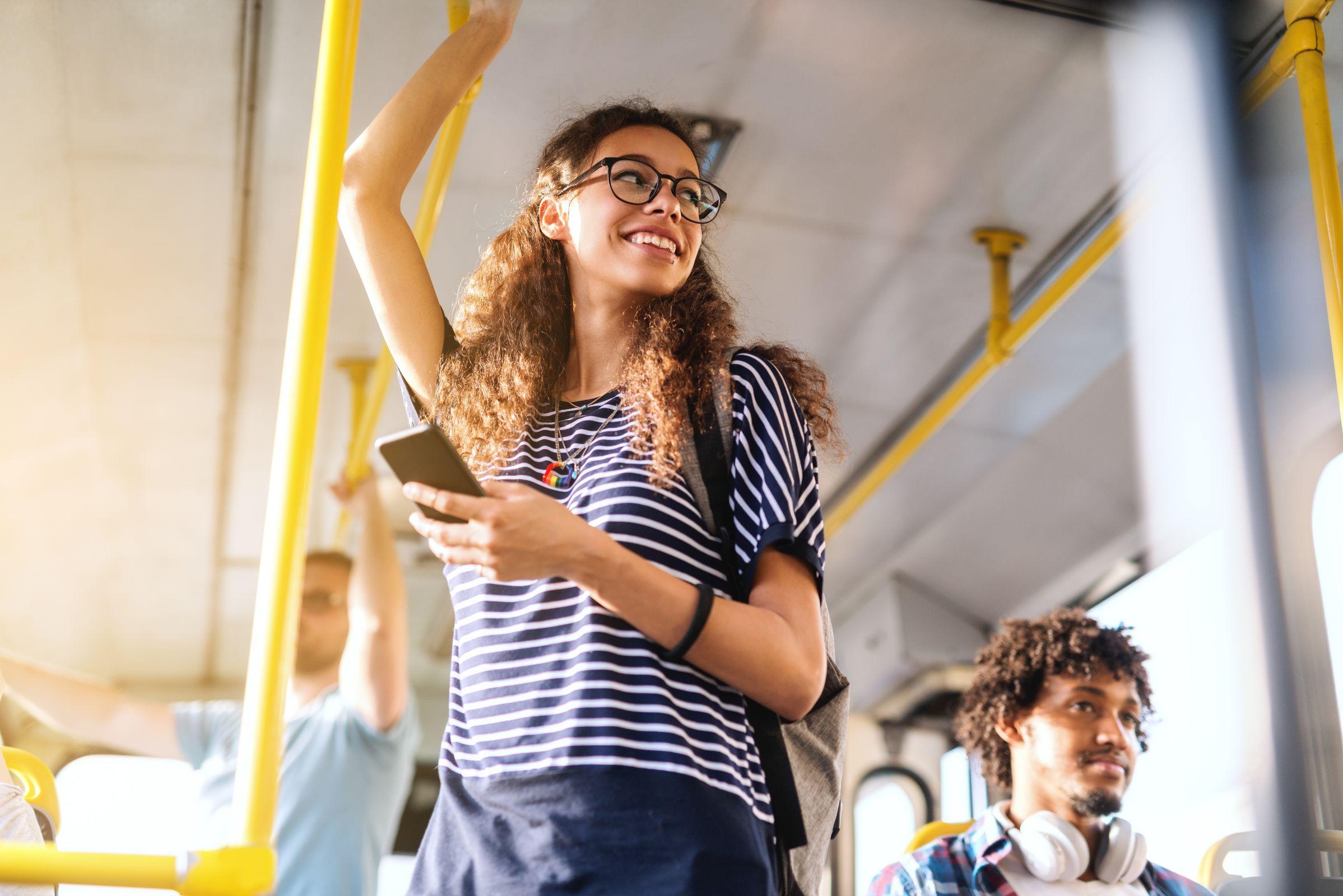musica no onibus celular transporte publico shutterstock