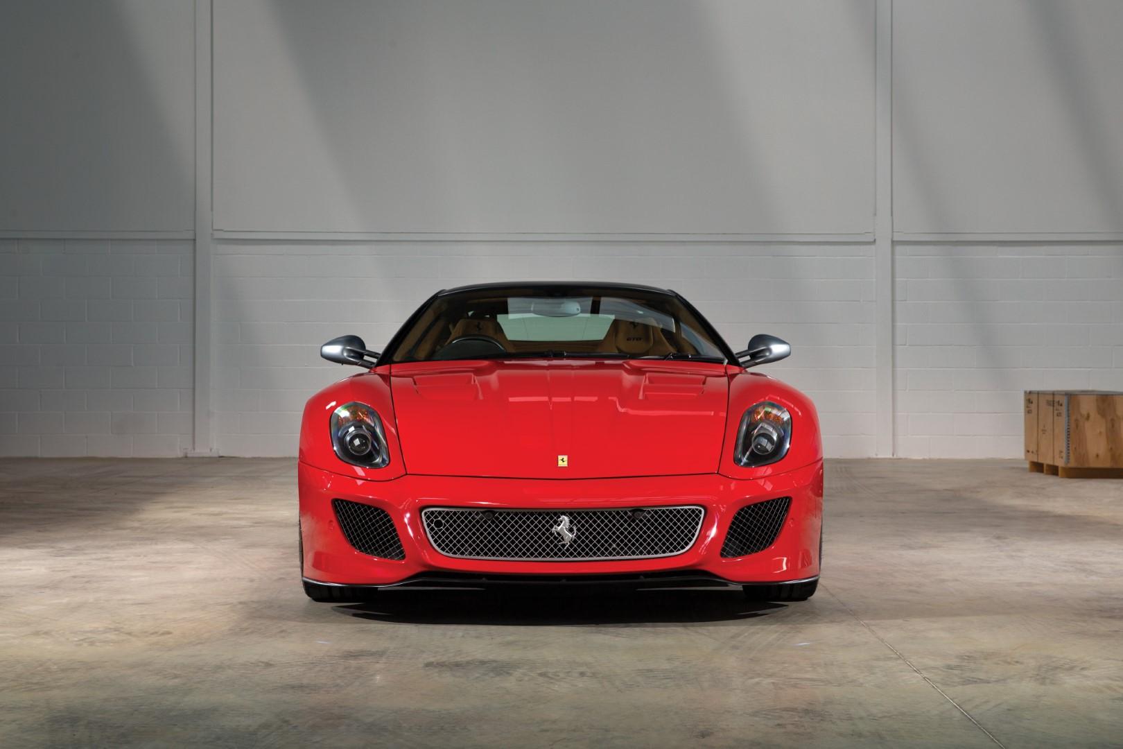 Carro do Cristiano Ronaldo, Ferrari 599 GTO. Praticamente só tem Ferrai nessa lista de carros de luxo de jogadores de futebol, embora sejam possuídas por pessoas que só devem andar com motoristas.