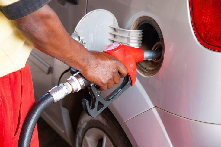 bomba de combustivel gasolina etanol diesel frentista posto de combustivel abastecer shutterstock 2
