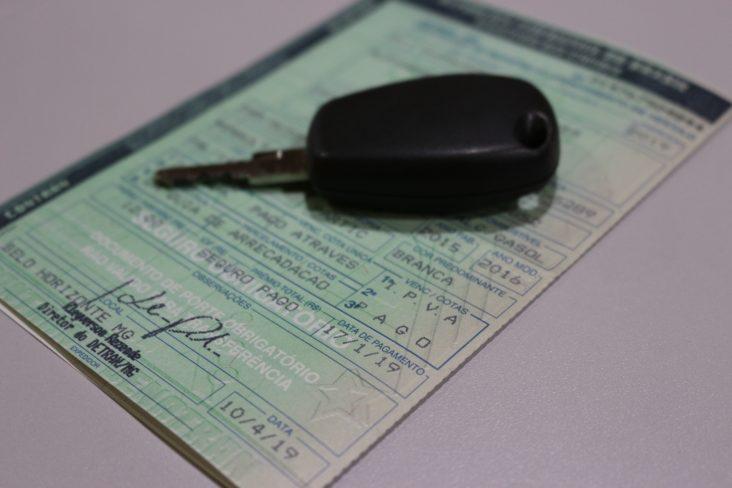 chave de carro sobre crv certificado de registro de veículo