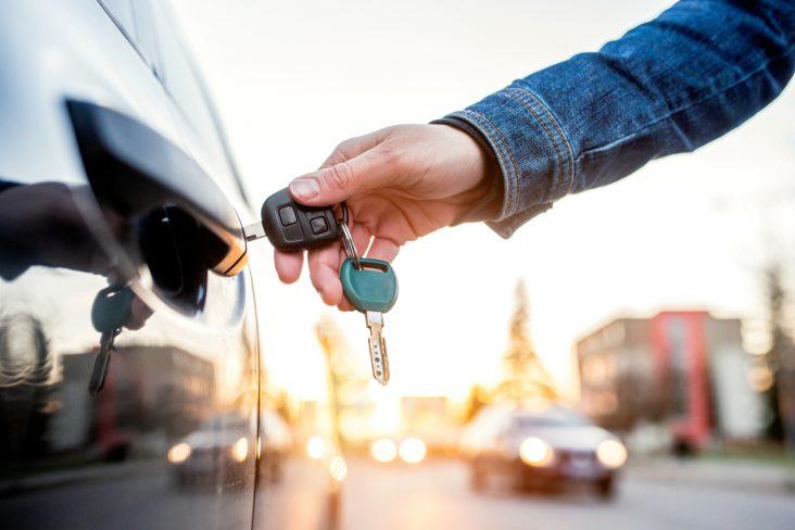 alugar carro comprar automovel abrir carro chave mao porta