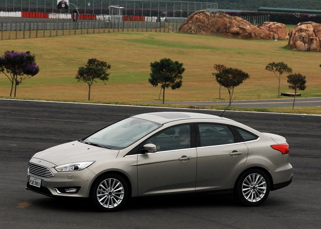ford focus fastback titanium plus cinza visto de frente