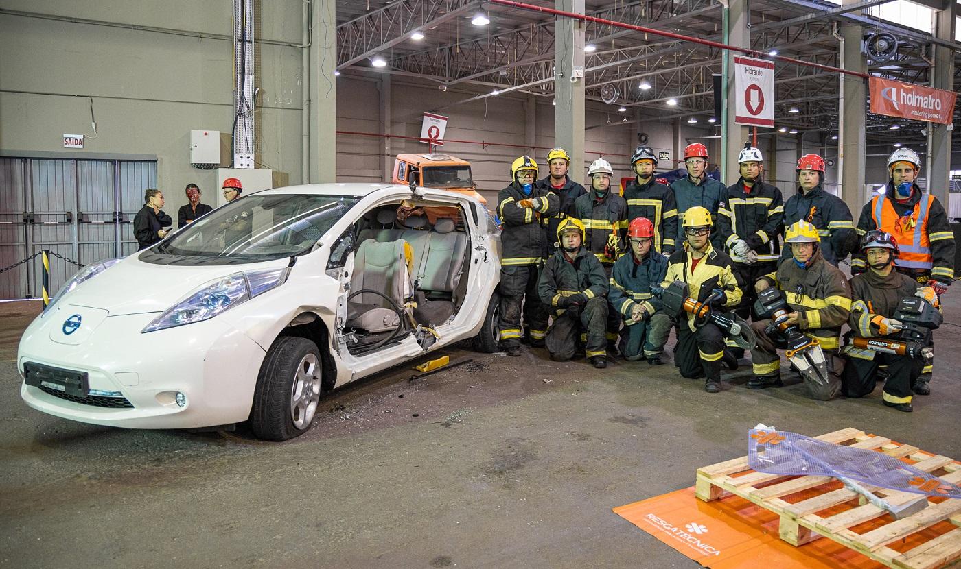 treinamento de bombeiros para salvamentos em acidentes de transito com carros eletricos nissan leaf