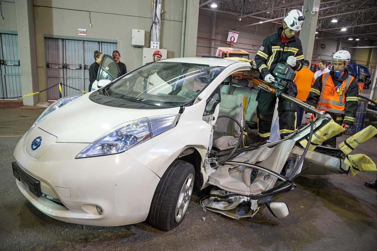 treinamento de bombeiros para salvamentos em acidentes de transito com carros eletricos