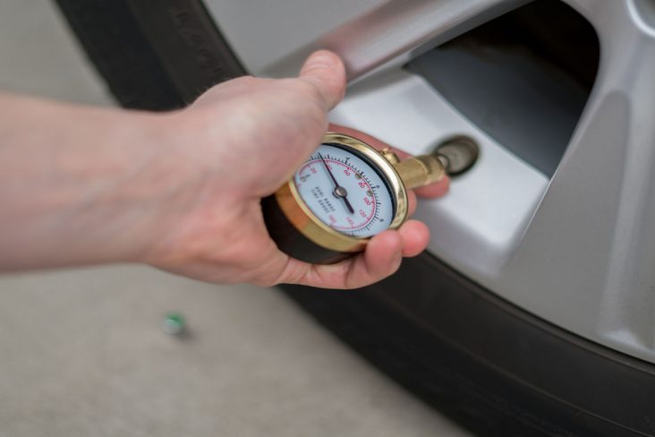 calibrar pressao pneu shutterstock 1044603196