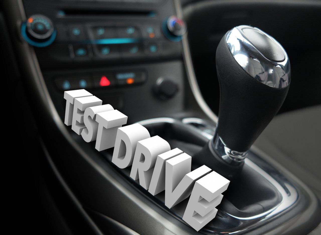 test drive cambio interior carro shutterstock 358039160