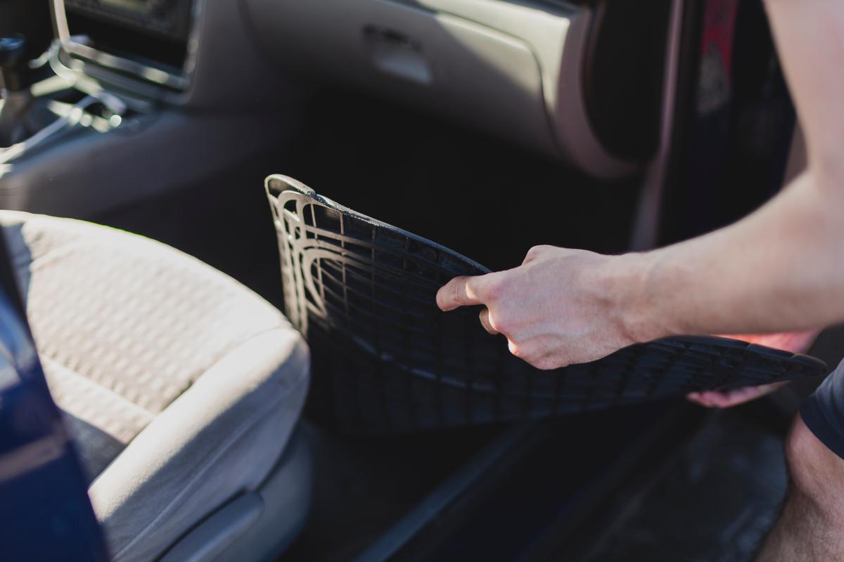 Poça d'água no interior do carro - tirando o tapete do passageiro da frente do carro