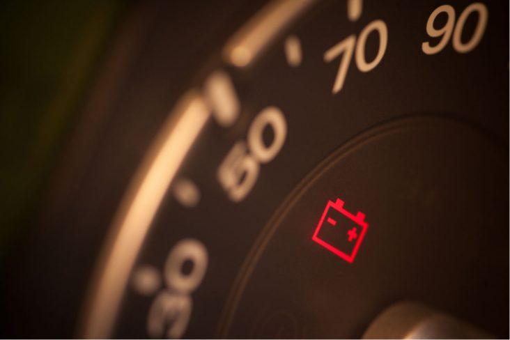 painel carro luz bateria acesa