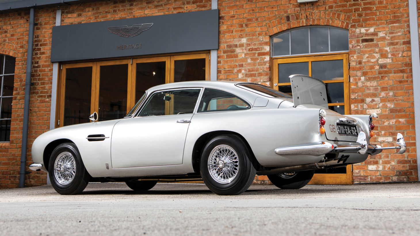 aston martin db5 james bond 2