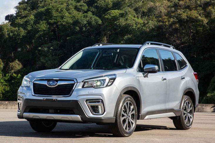 Subaru Forester prata visto de frente