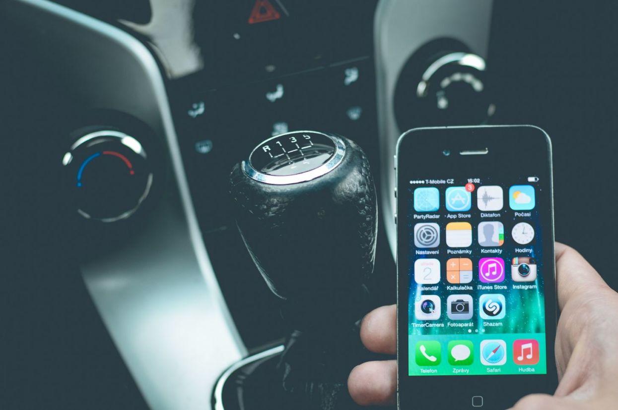 No aplicativo Sinesp Cidadão, da Secretaria Nacional de Segurança Pública do Ministério da Justiça, a consulta de placas de carros roubados é gratuita.
