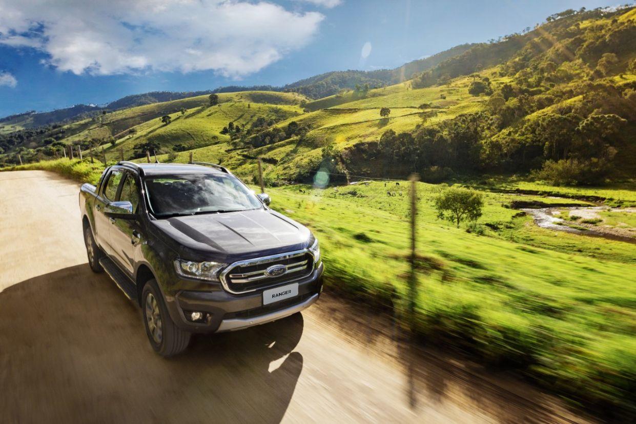 ford ranger 2020 limited rodando em estrada de terra
