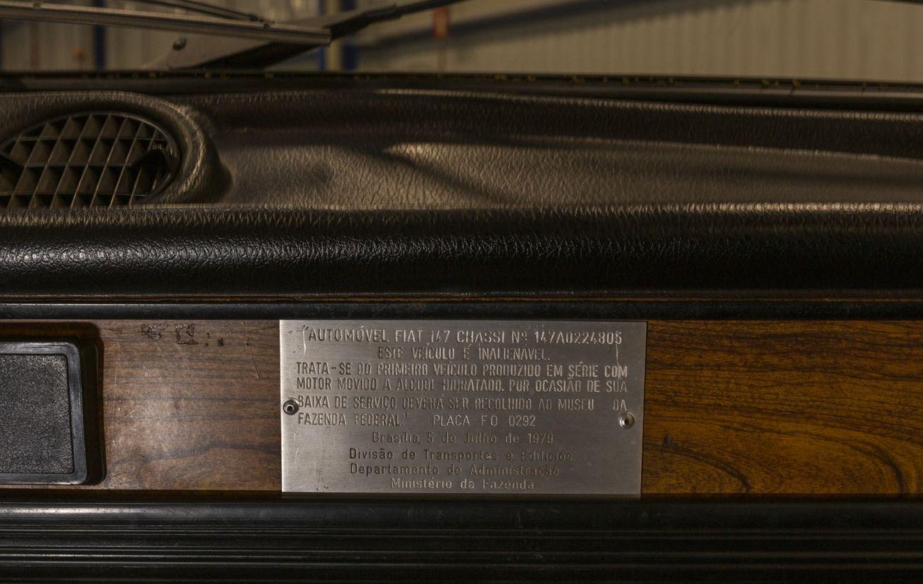 primeiro carro a alcool fiat 147 placa de identificacao