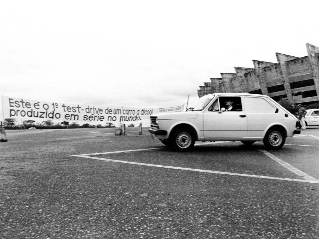 Boris Feldman dá uma volta na primeira unidade do Fiat 147 a etanol, o primeiro carro a álcool, conservada pela italiana em estado quase totalmente original