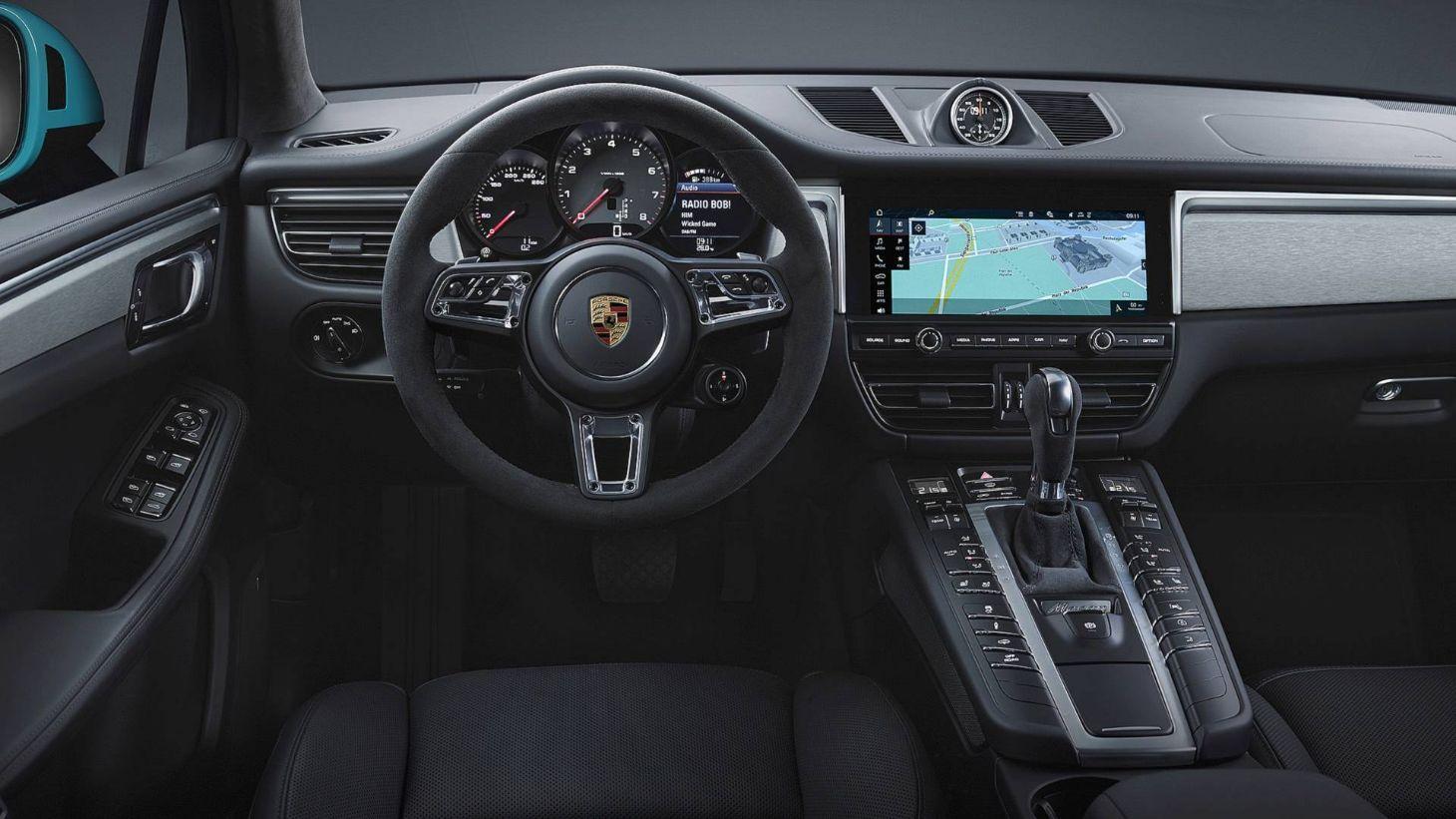 Porsche Macan 2020 finalmente chega às ruas brasileiras. SUV teve visual renovado, recebeu uma central multimídia mais complexa e parte de R$ 329 mil.