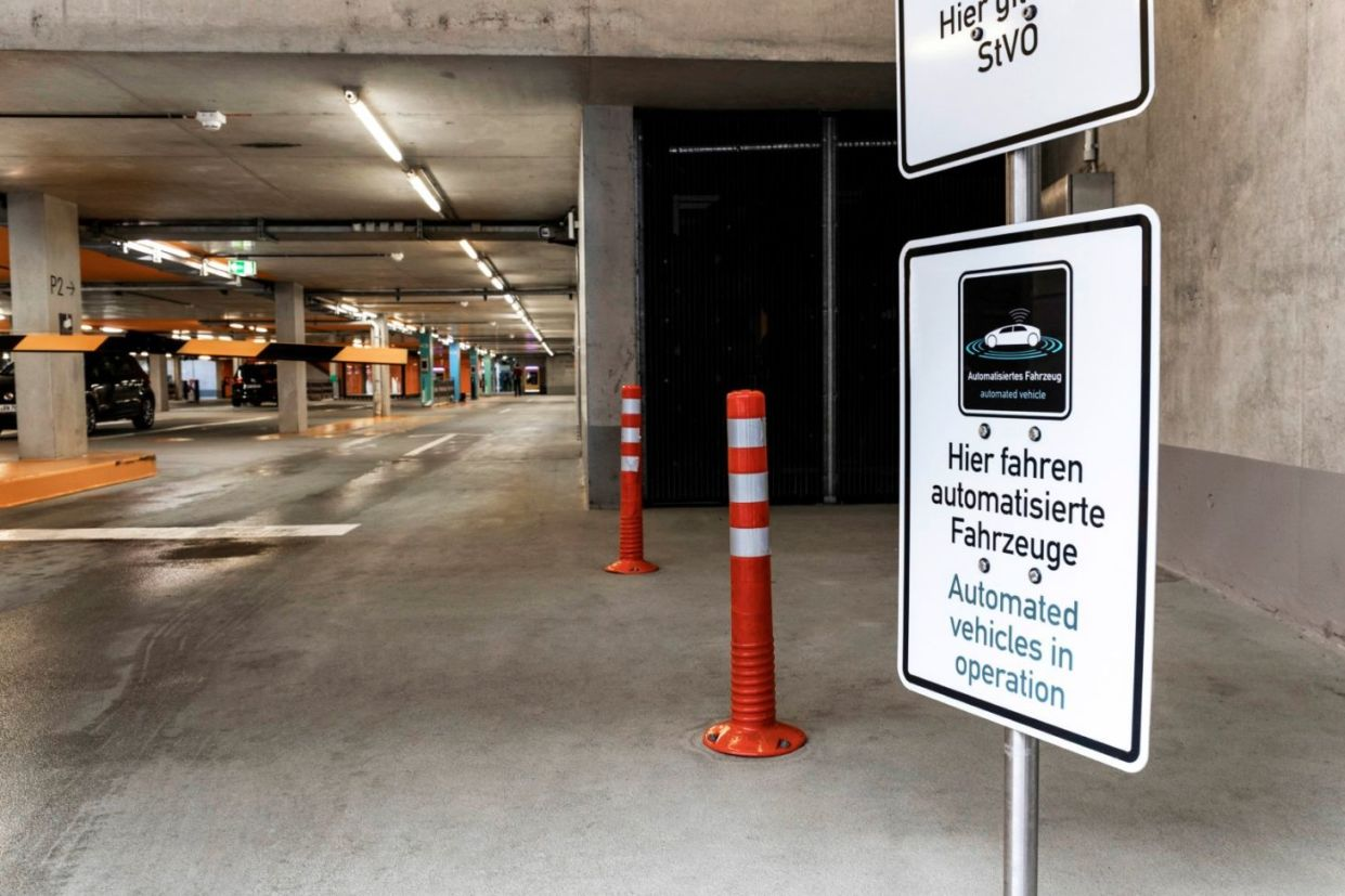 Placa sinaliza que carros autônomos estão em operação