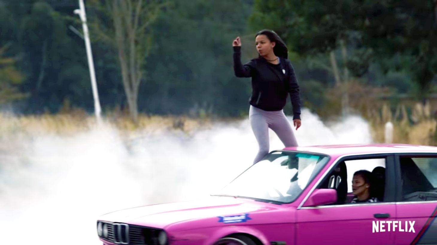 Novo reality show da Netflix reunirá participantes variados em uma pista de carros feita em um galpão que tem até gangorra gigante e espaço para drifting.