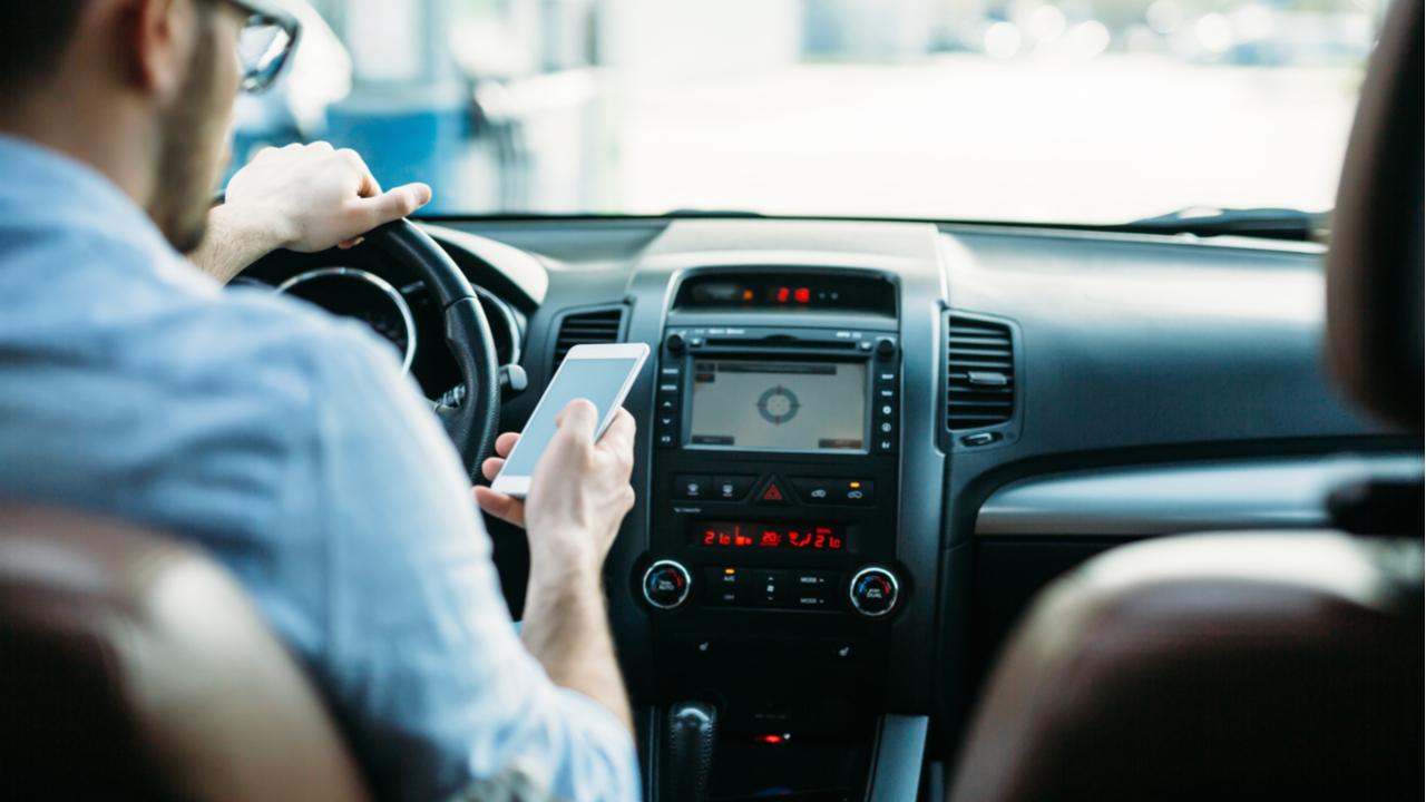 dirigir usando celular volante seguranca acidentes